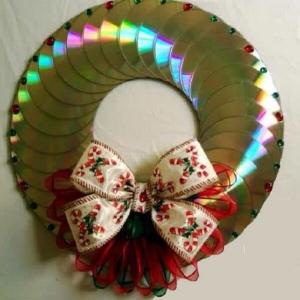 Guirlanda-de-natal-feita-com-vários-Cds-antigos.-Fonte-Pinterest.jpg